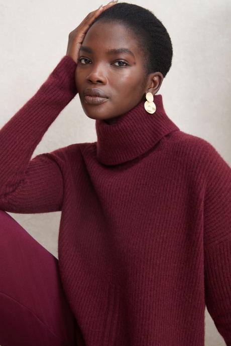 Model wearing Stitch Fix Elevate grantees women's burgundy turtleneck sweater.