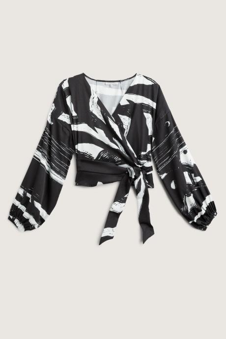 Stitch Fix Elevate grantees women's Black and white print wrap top.